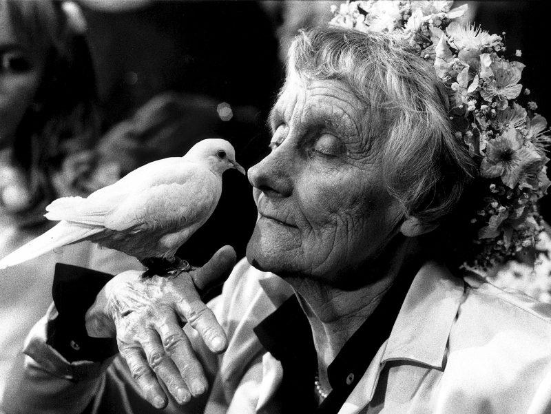 Astrid Lindgren mit Taube